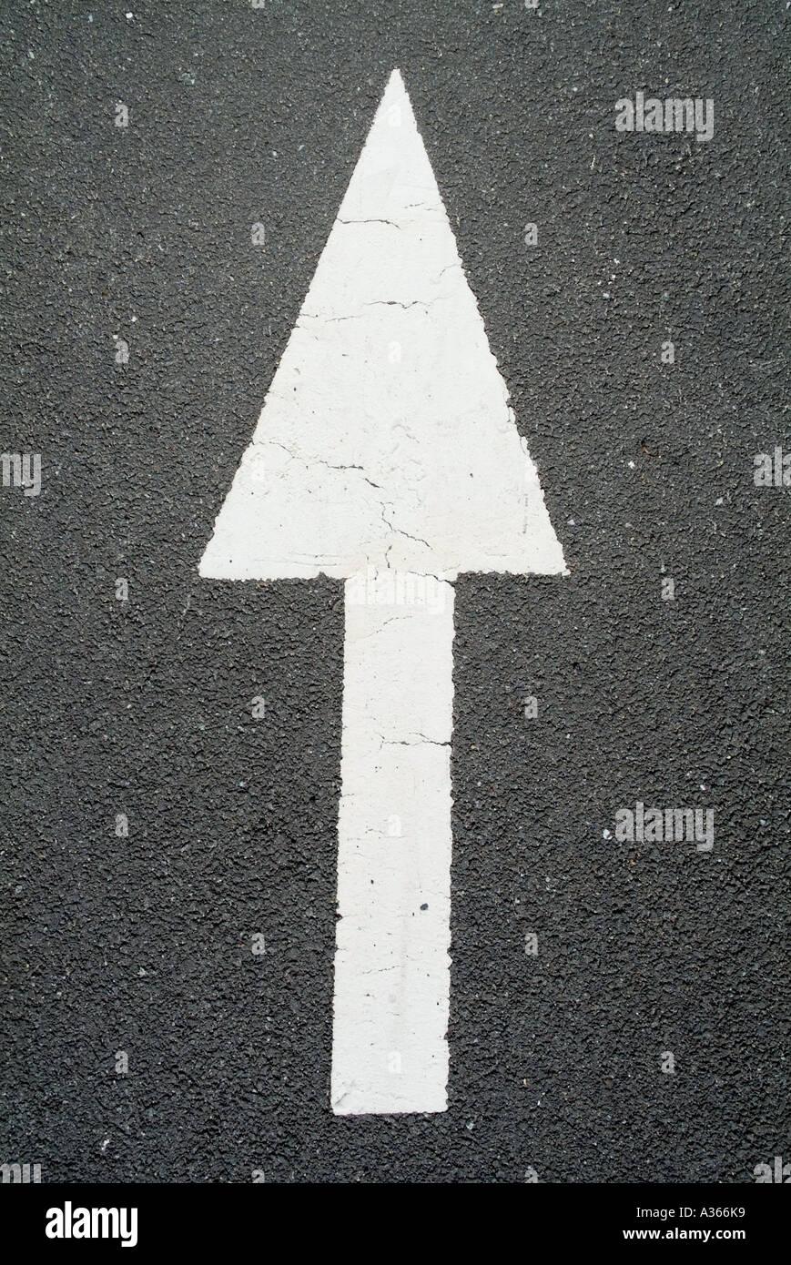 Panneau de flèche sur la route. Photo Stock