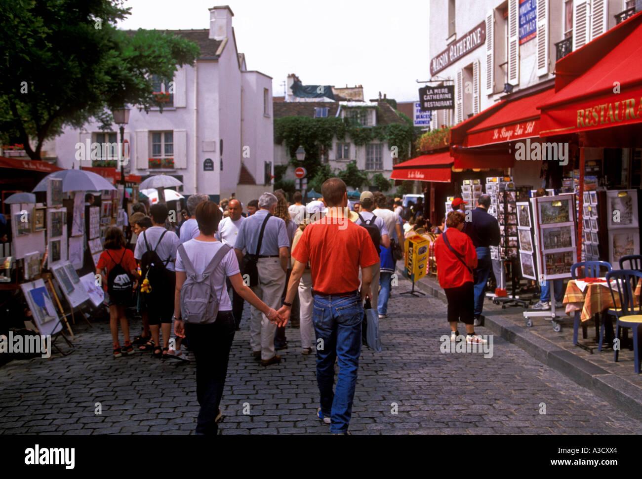 Deux personnes les touristes visiteurs Place du Tertre de Montmartre Paris Ile-de-France France Europe Banque D'Images