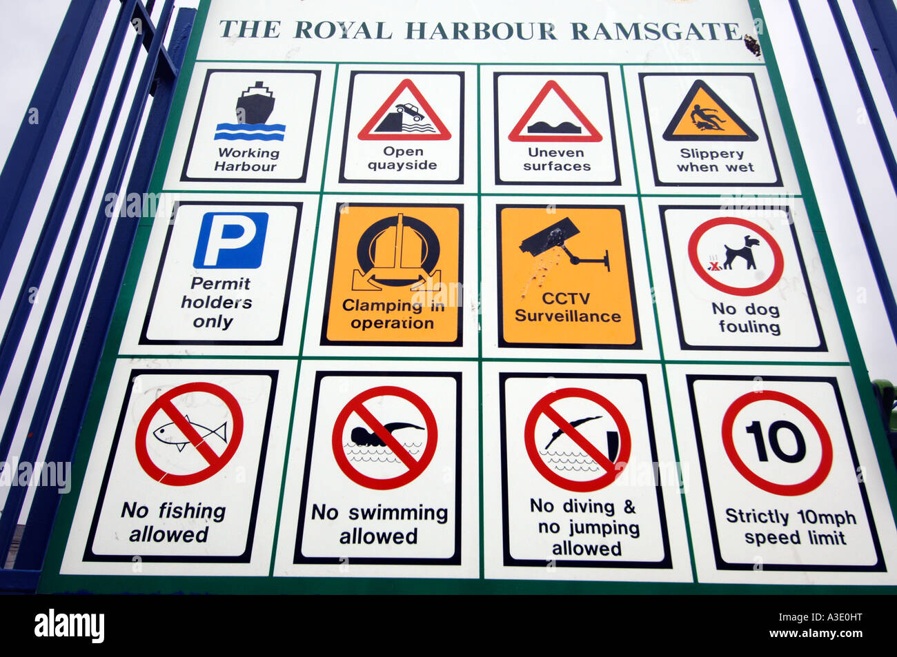 Ne faites pas d'arrêt de restriction qu'il signe à l'entrée du Port Royal à Ramsgate Photo Stock