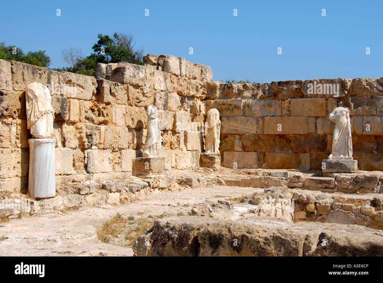 Statues antiques site archéologique sans tête Salamine de Chypre du Nord Photo Stock
