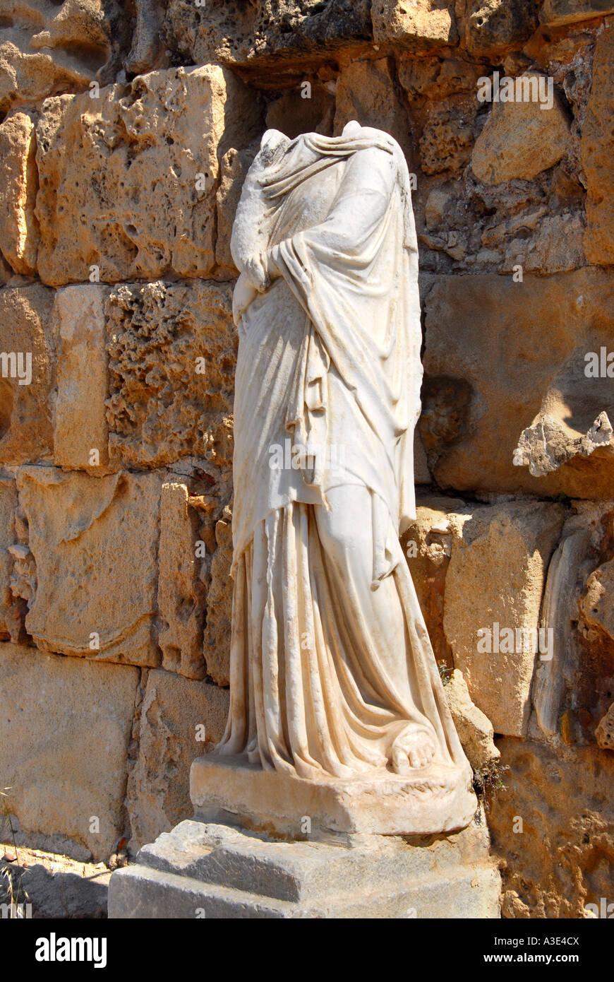 Statue antique site archéologique sans tête Salamine de Chypre du Nord Photo Stock