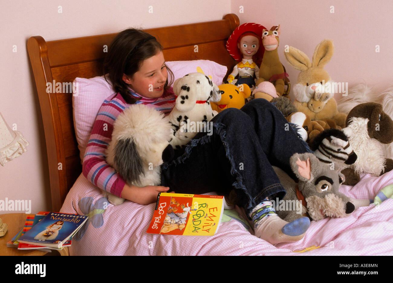 7 ans, fille, dans sa chambre à coucher Melbourne Australie ...