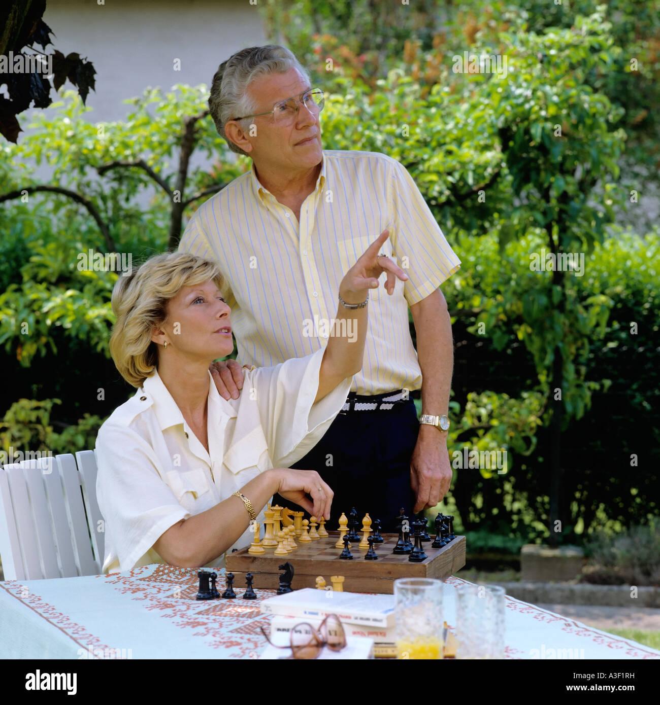 Le portrait de M. YOUNG COUPLE IN GARDEN Banque D'Images