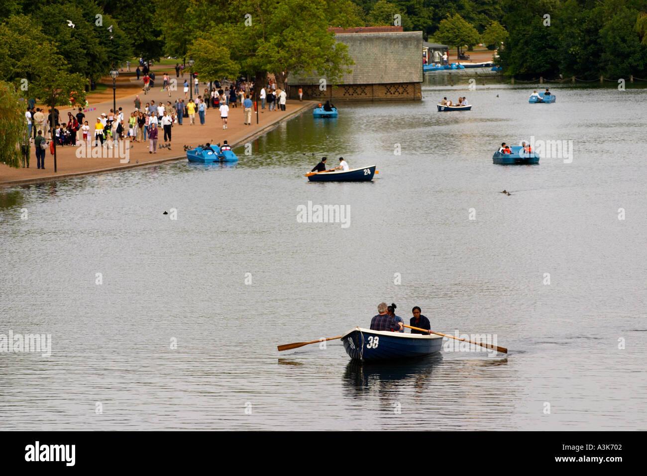 Couple dans un bateau à rames sur la Serpentine dans Hyde Park à Londres Angleterre Royaume-Uni Grande-Bretagne Photo Stock