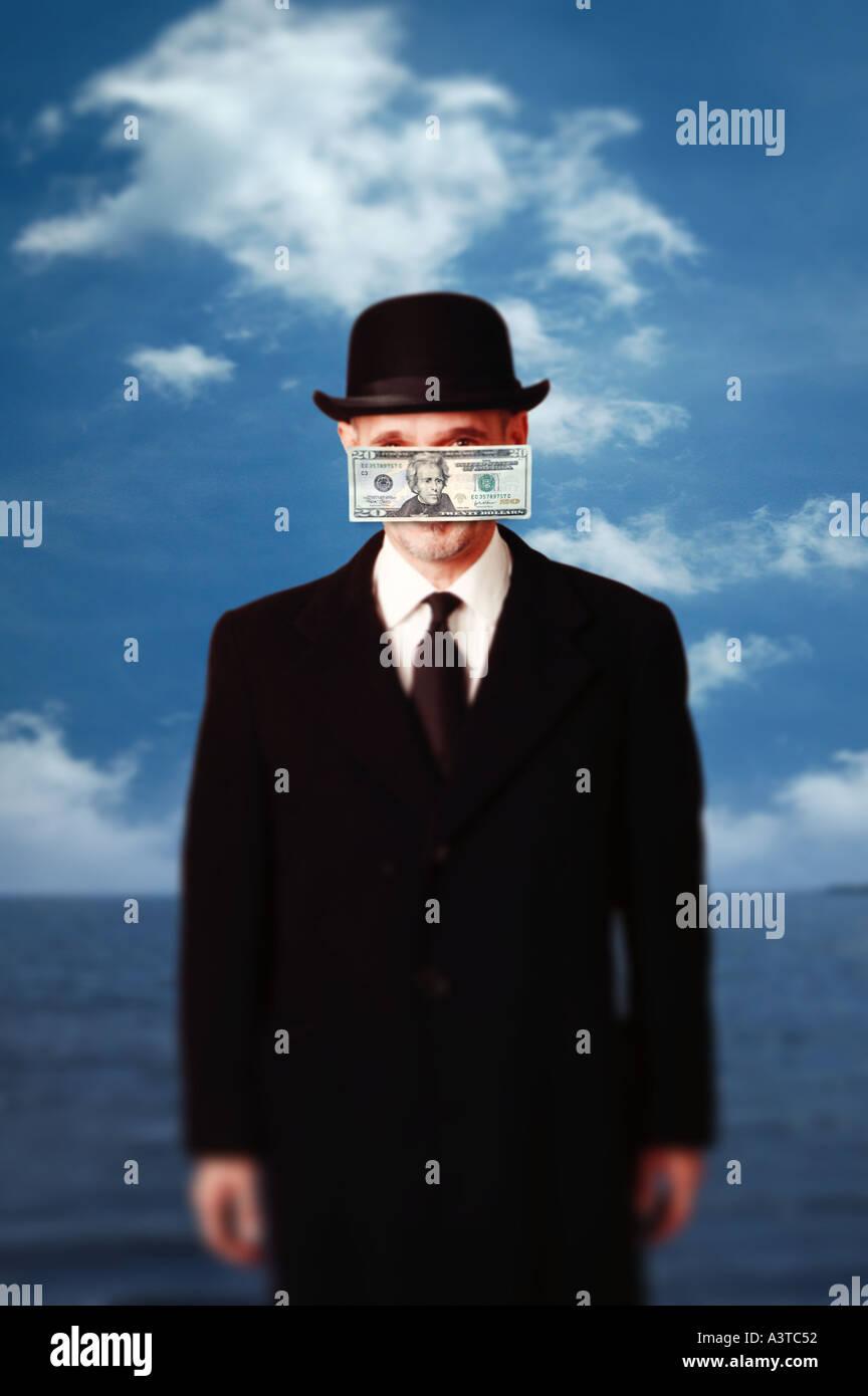 Concept d'homme avec chapeau melon et costume avec de l'argent en face de visage hommage à René Magritte peinture Photo Stock