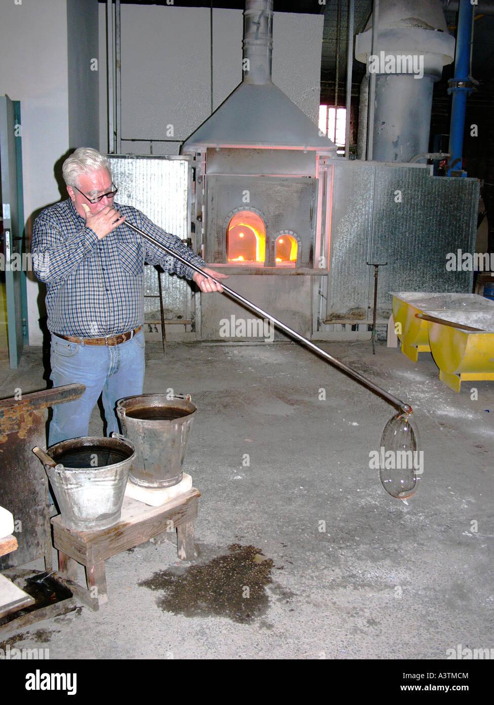 Souffleur De Verre Ile De Ré souffleur de verre à travailler dans un atelier sur l'île