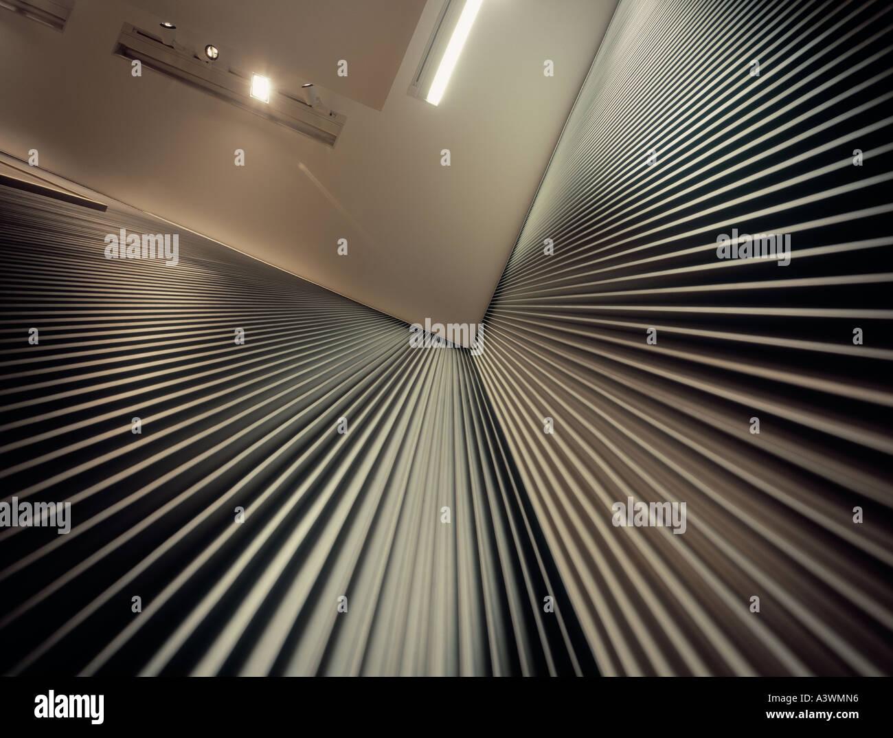 Lignes convergentes, (coin de mur ondulé). Banque D'Images