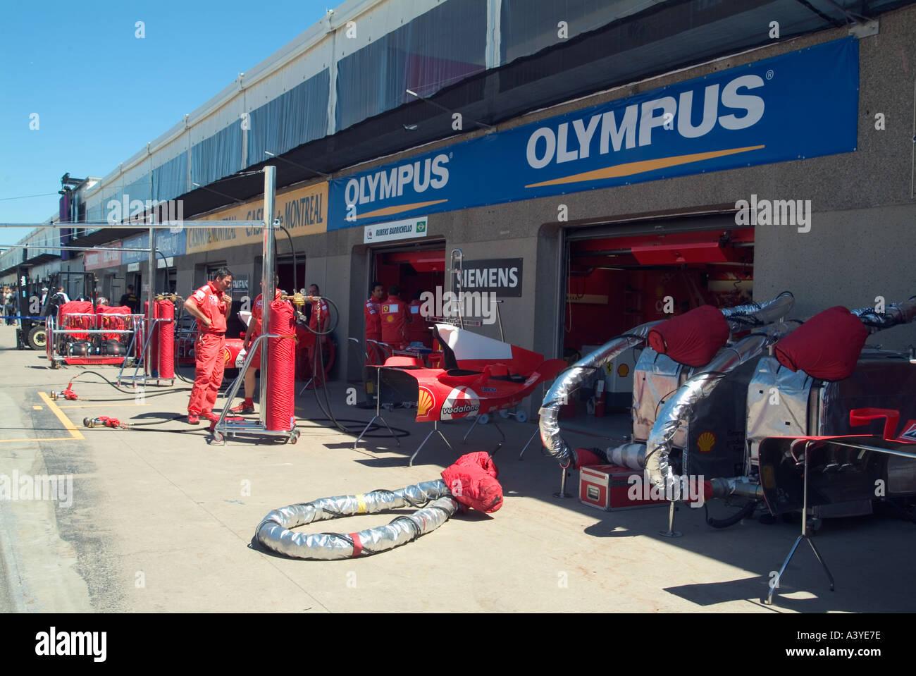 voiture de course de formule 1 lintrieur de la voie des stands mcaniciens travaillant gilles villeneuve grand prix race track montral canada juin 2004