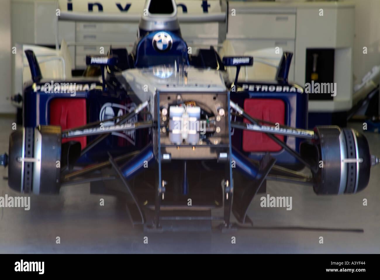 voiture de course de formule 1 lintrieur de la voie des stands avant garage vue corps gilles villeneuve grand prix race track montral canada juin 2004