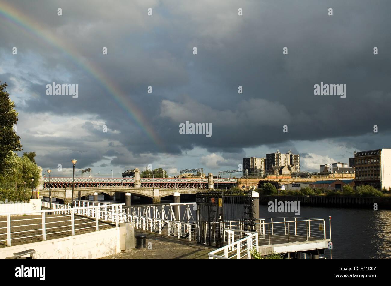 Une vue de Glasgow à l'est le long de la rivière Clyde vers Clyde Street et la gare centrale de pont de chemin de Banque D'Images