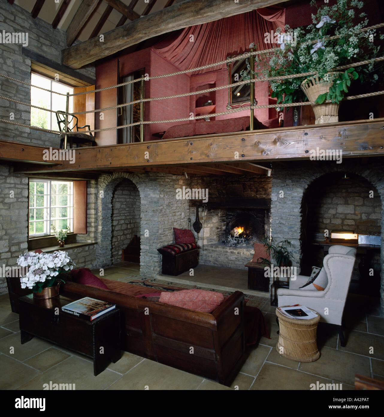 Salle de séjour à double hauteur avec mezzanine gallery ...