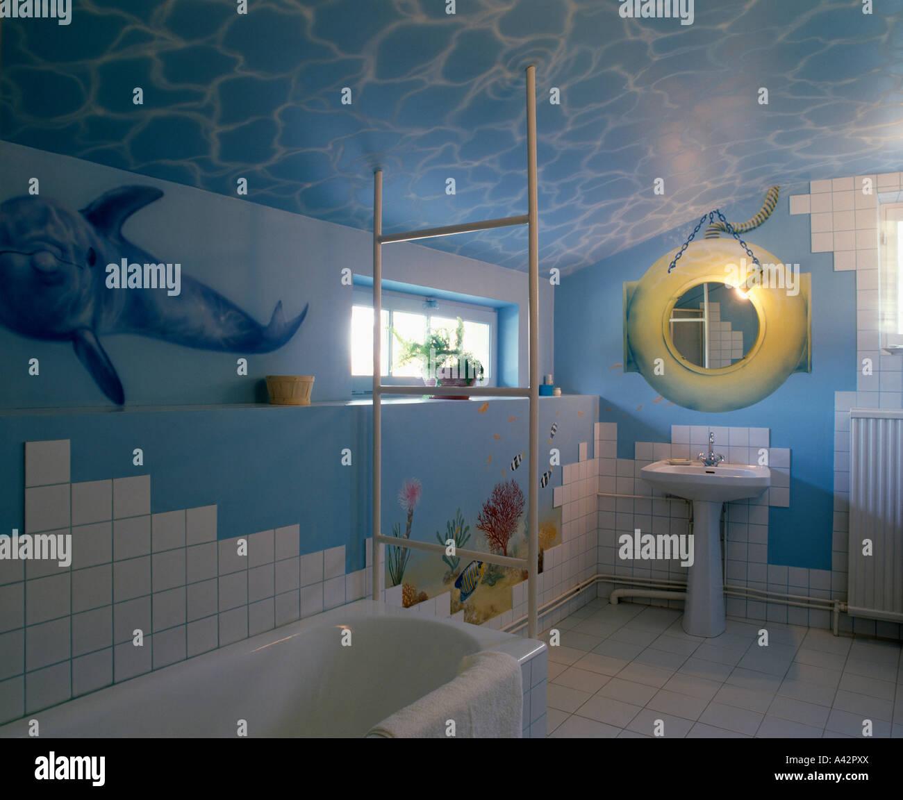 Salle De Bains Avec Bleu Marin Peint Peinture Murale Sur Les