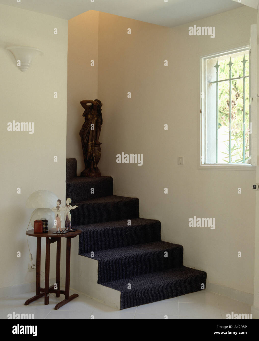 Tapis Noir Sur Blanc Moderne Escalier En Salle Avec Statue