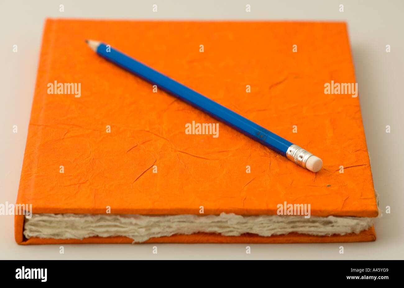 Album Orange et crayon Photo Stock