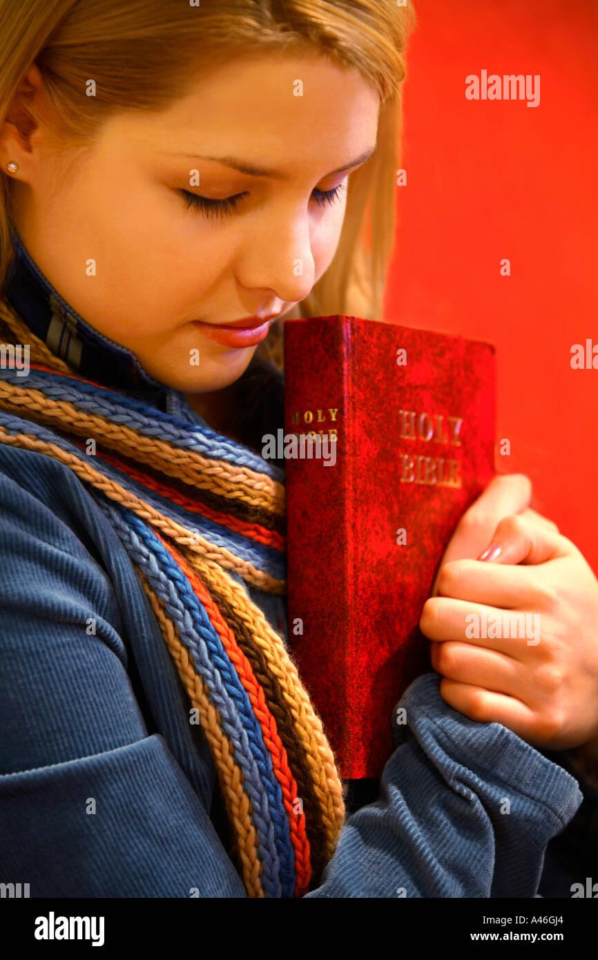 Bible et prie l'adolescence détient Banque D'Images