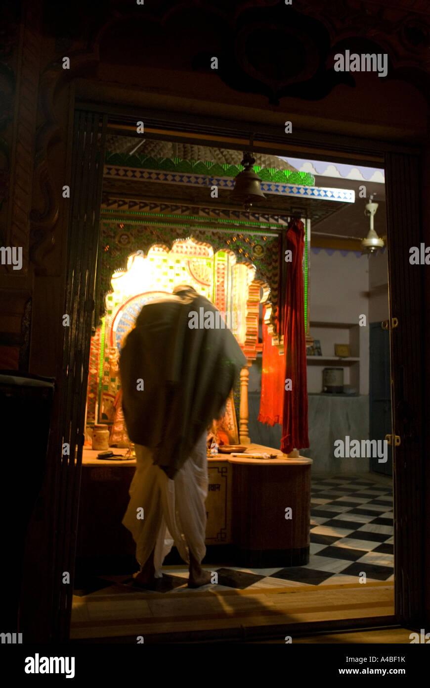 Image de l'homme Indien cape en effectuant une pooja dans un sanctuaire hindou de nuit à Pushkar Photo Stock
