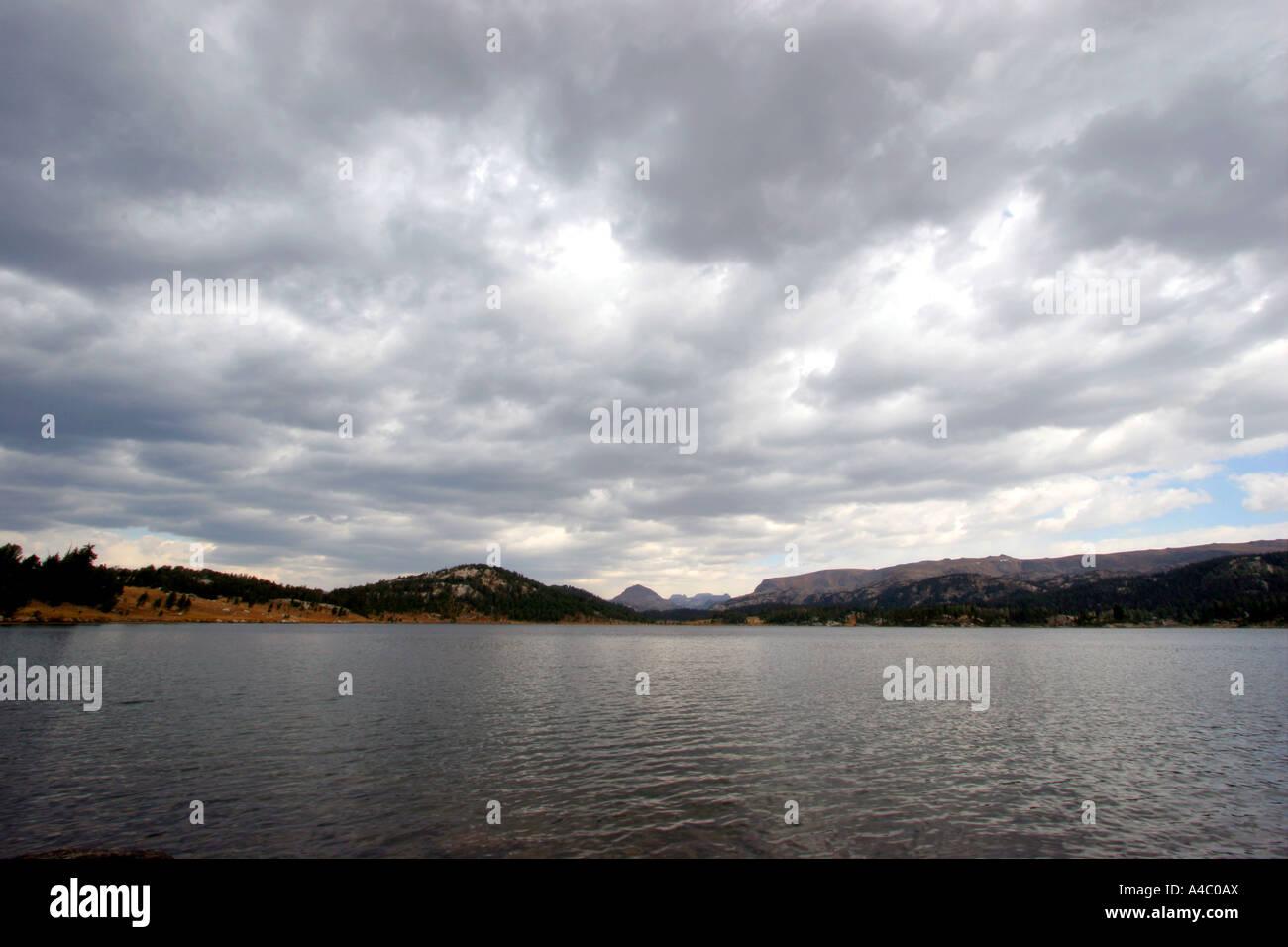 Lac de l'île au large de l'autoroute beartooth, forêt nationale de Shoshone, Wyoming Banque D'Images