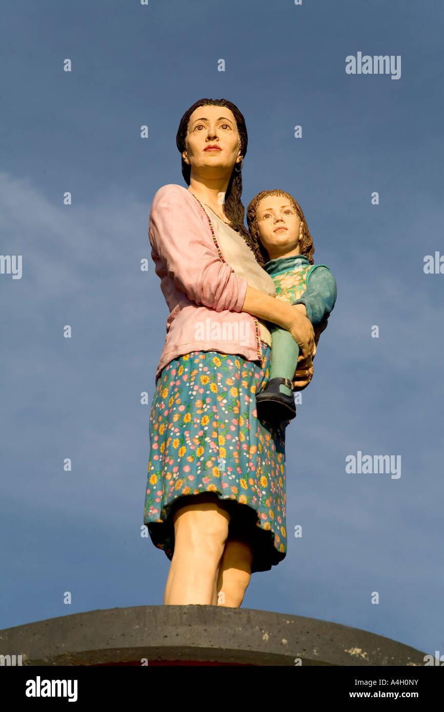Pilier de l'objet d'art à la vie de saint, la vraie figure d'une femme avec enfant en haut af une Photo Stock