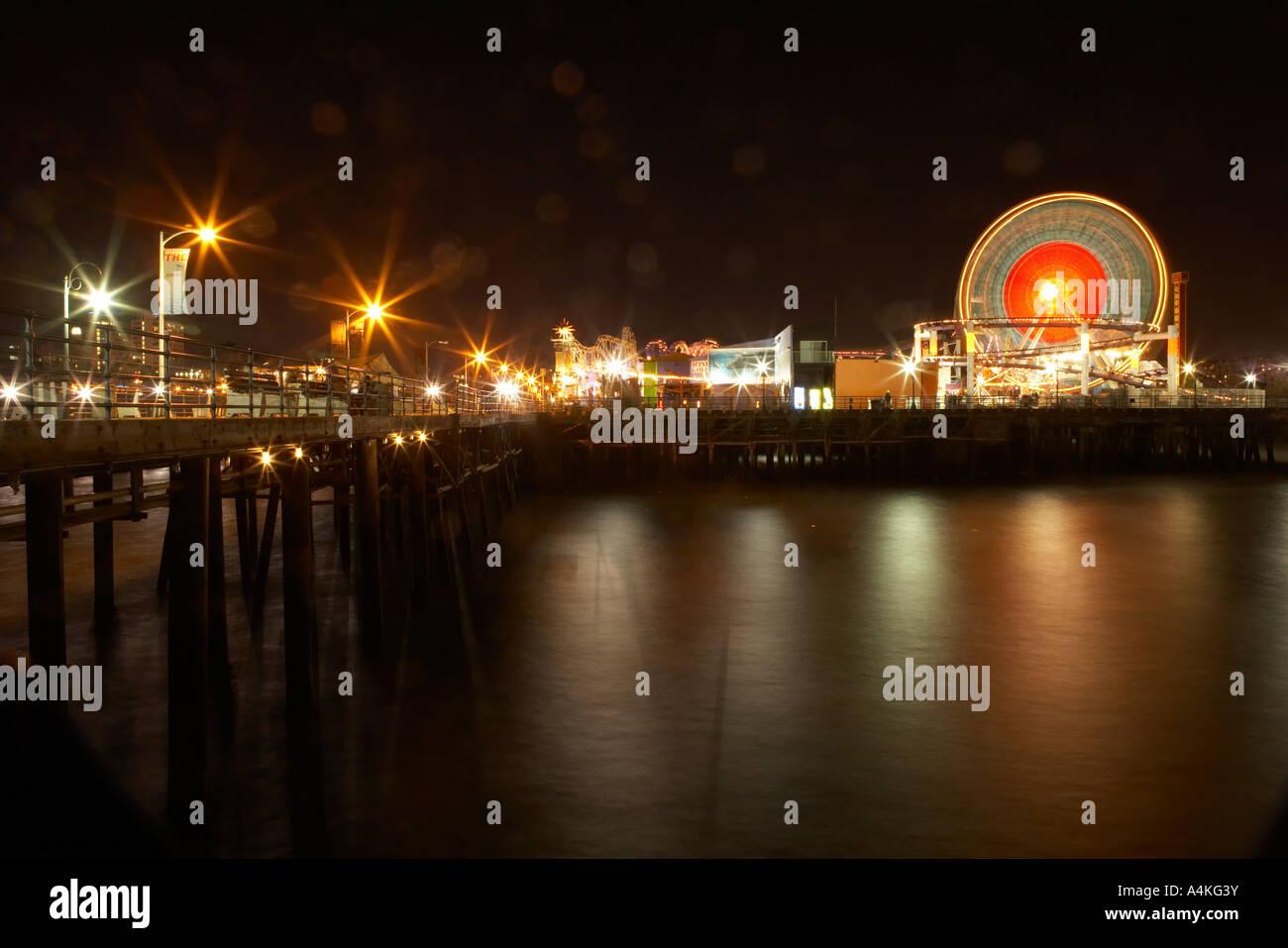 Une longue exposition de la Grande Roue de la jetée de Santa Monica, Los Angeles, Californie, USA. Photo Stock