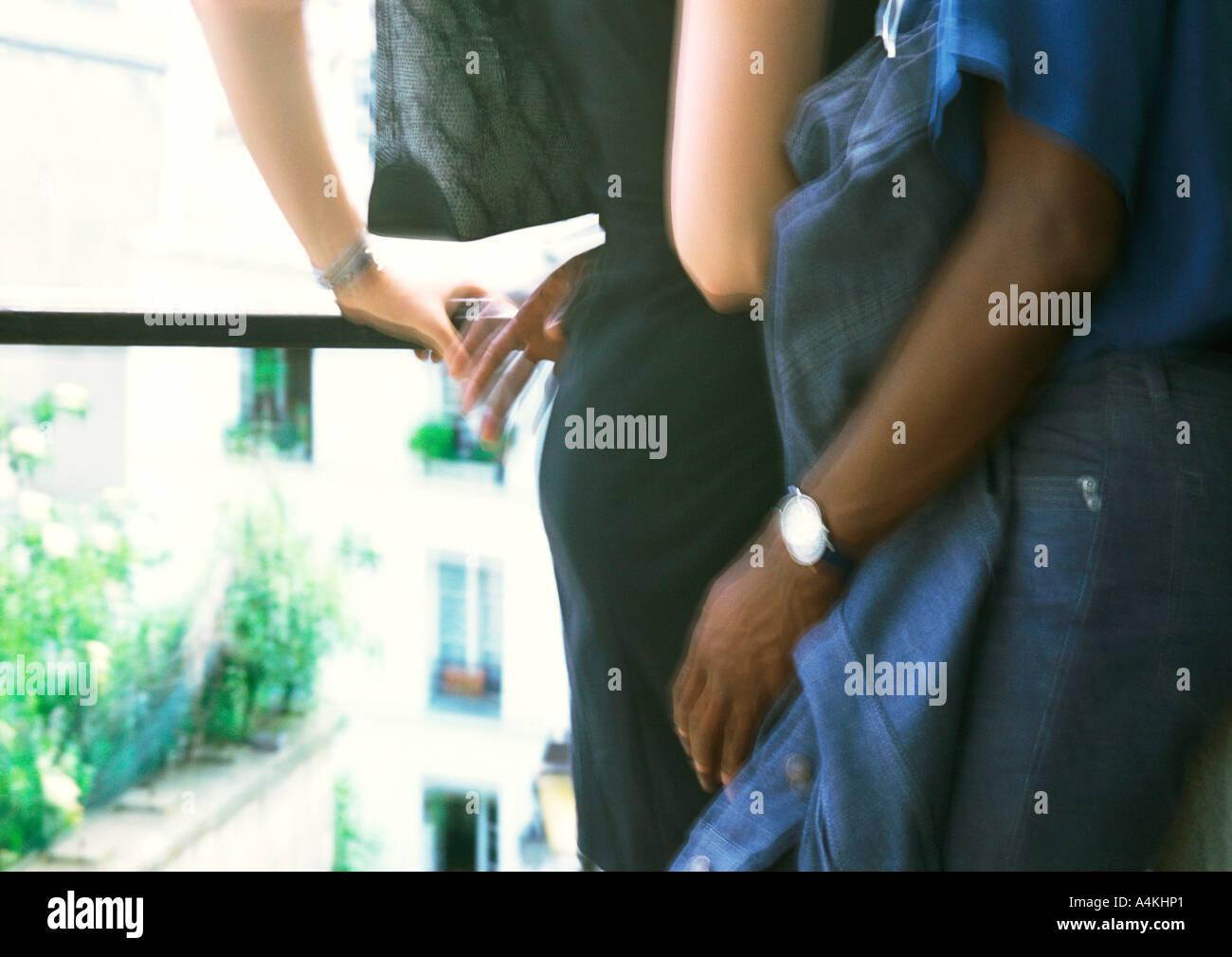 L'homme et la femme, embrassant la mi-section Photo Stock