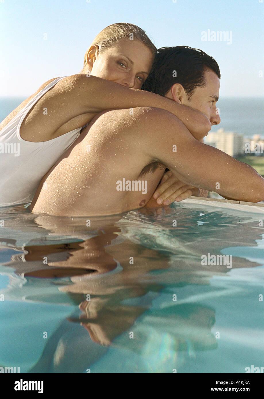 Woman embracing man in pool Photo Stock
