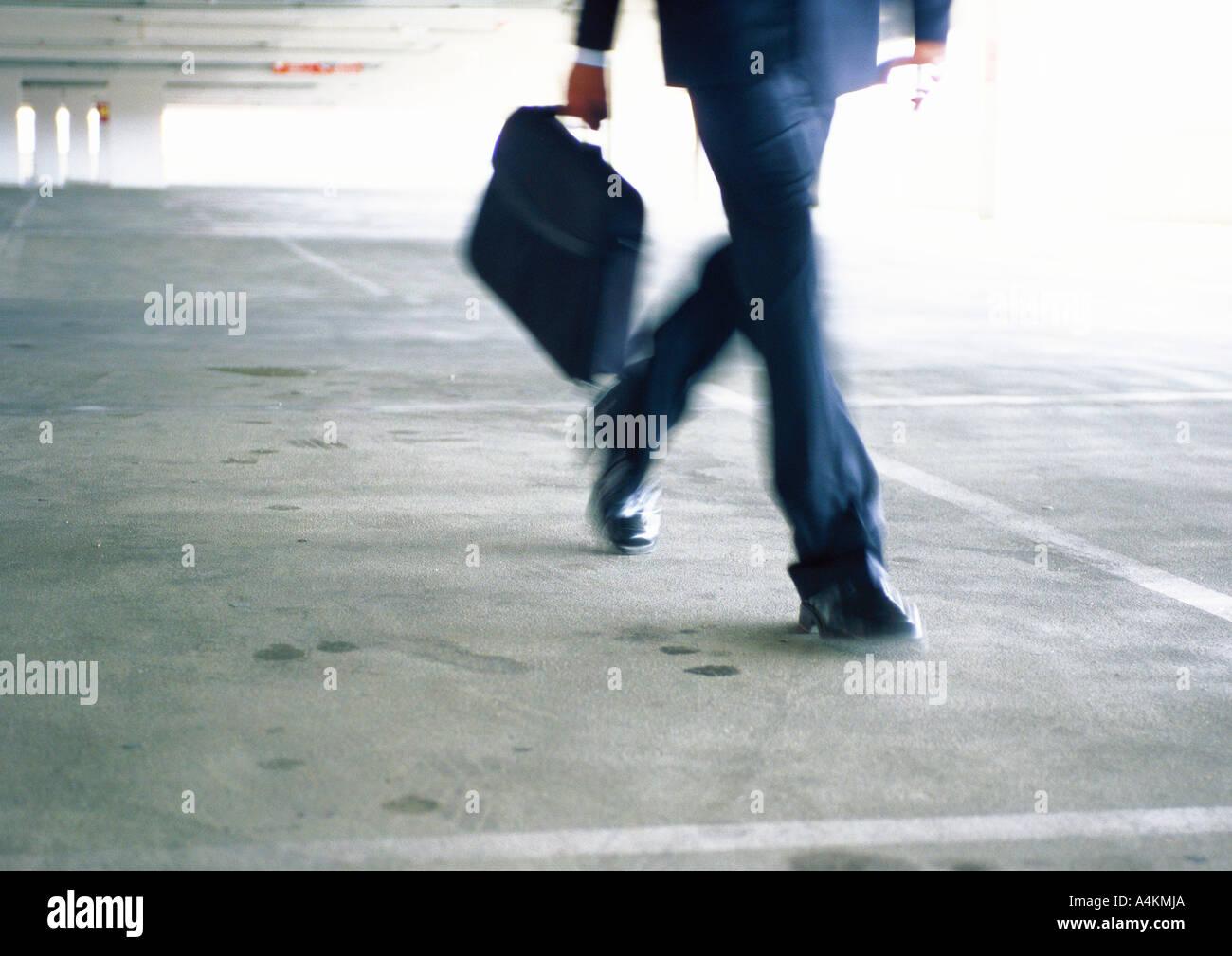 Businessman walking, partie inférieure, blurred Photo Stock