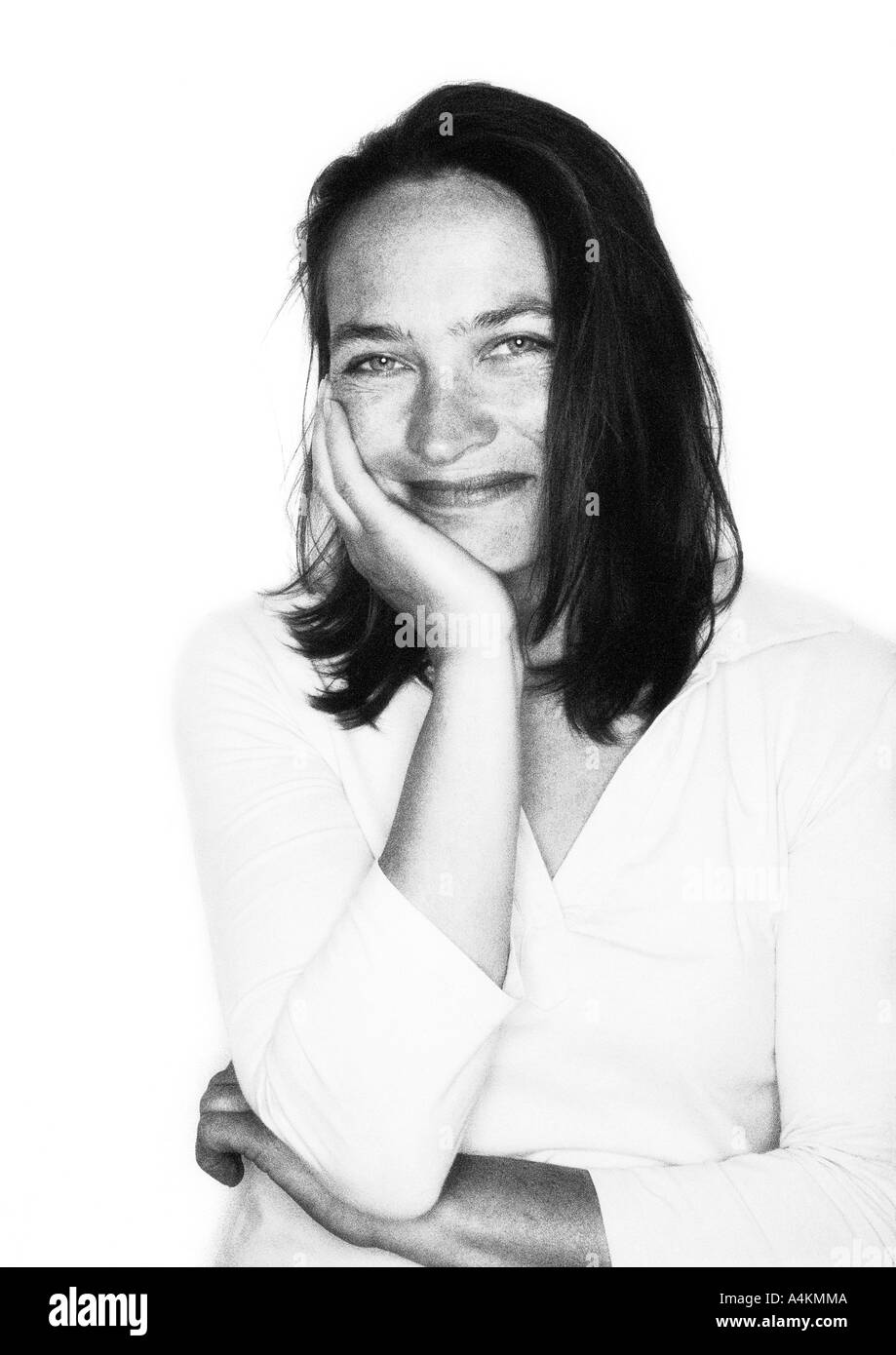 Woman smiling, portrait, joue sur la main b&w. Photo Stock