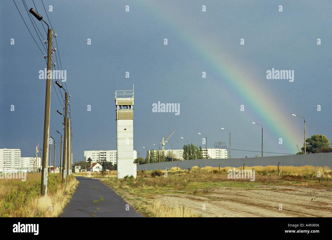 Rainbow comme un signe de la paix et de la réunification sur le mur de Berlin avec tour de guet en 1990 Photo Stock