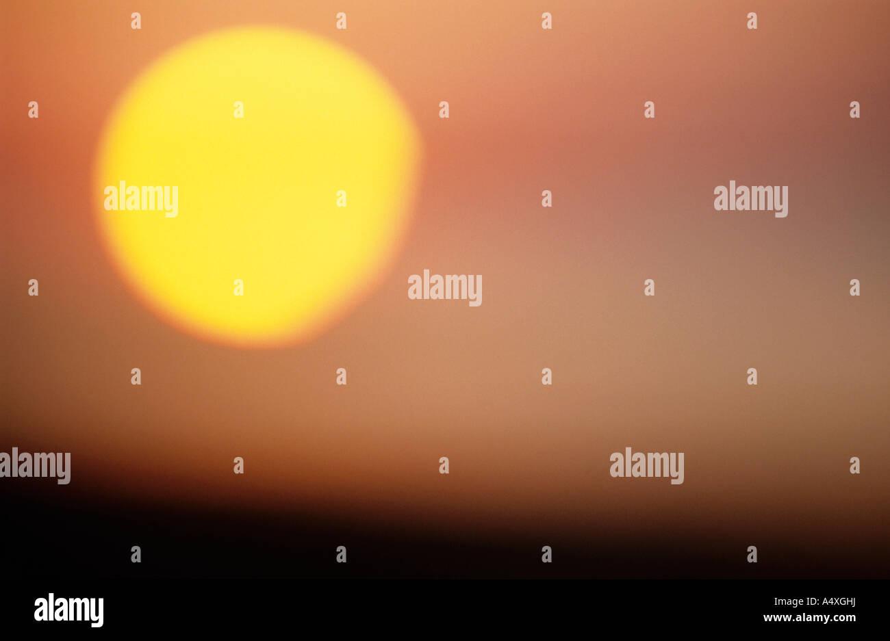 Soleil dans le ciel à l'aube Photo Stock