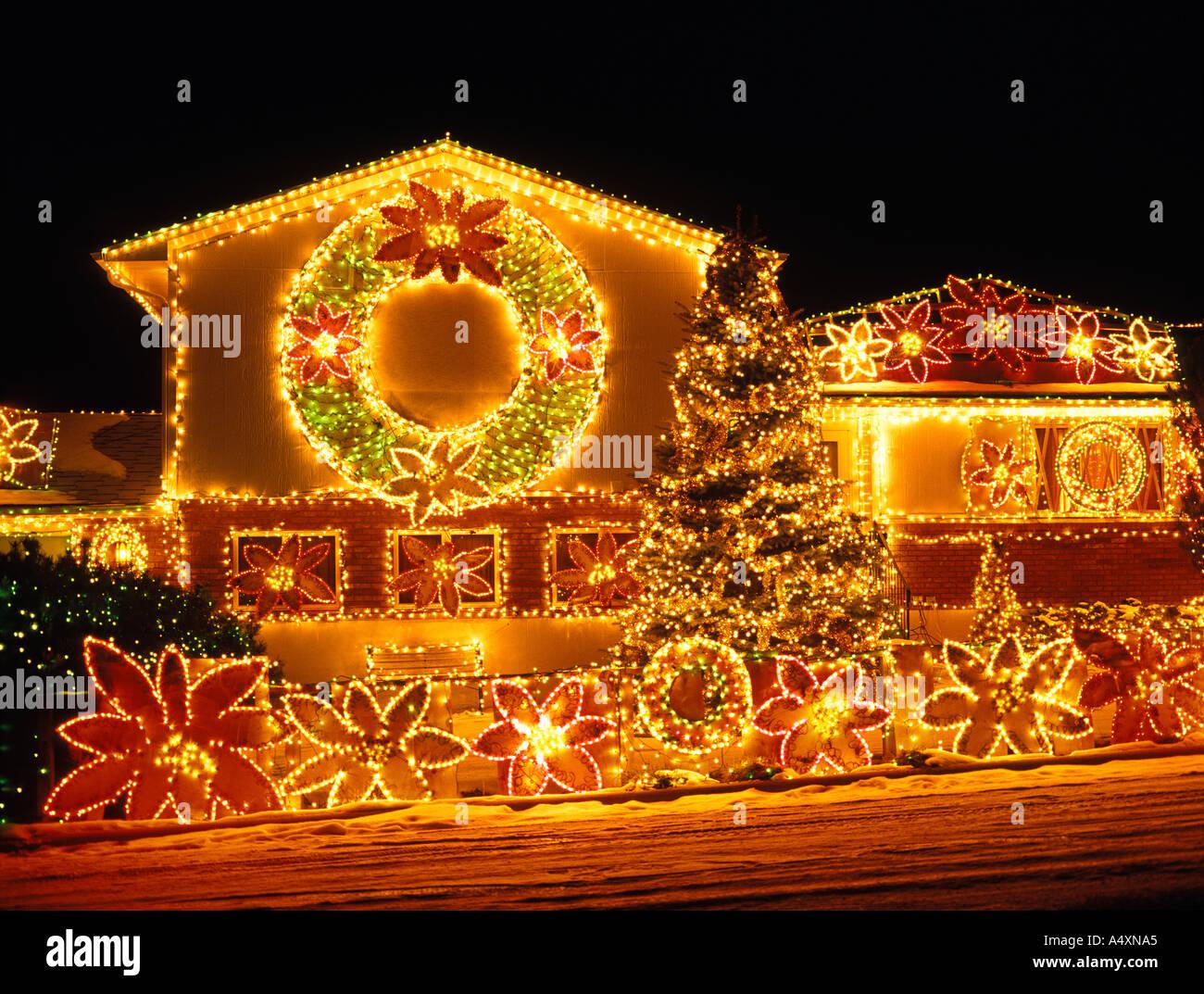 Maison décorée avec des lumières de Noël et décorations
