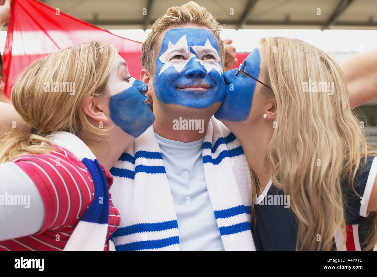 Les partisans de football s'embrasser Photo Stock
