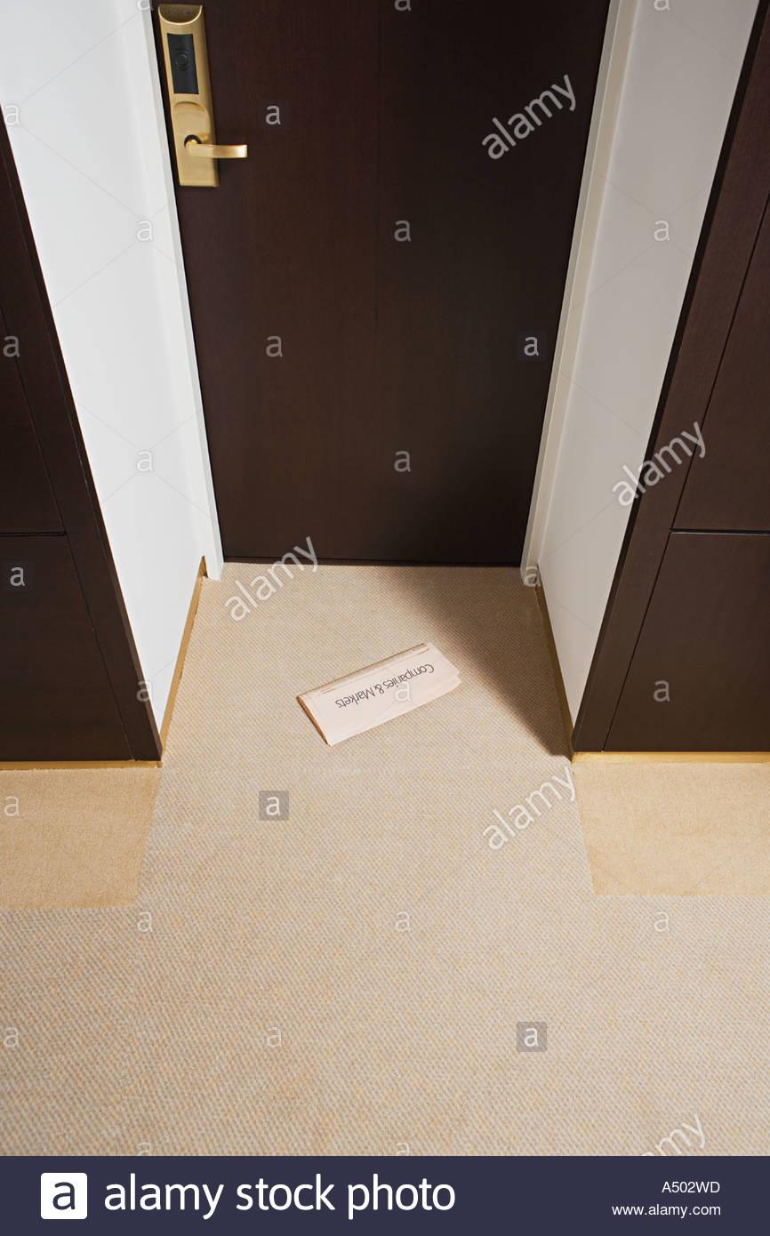 Journal financier par la porte de l'hôtel Photo Stock