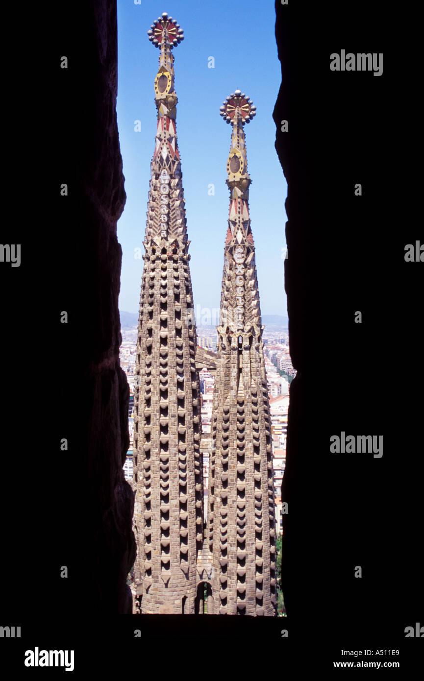 Vue de la Sagrada Familia de tours par la fenêtre d'en face de semblables tours Barcelone Espagne Photo Stock