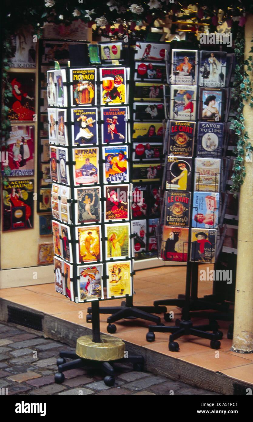 Cartes de poteau à l'extérieur d'une vitrine, Montmartre, Paris, France Photo Stock