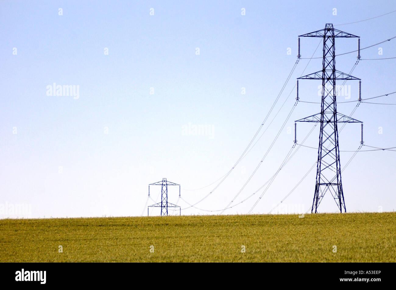 Les agriculteurs en pylône britannique UK champ montrant notre empreinte carbone à l'électricité Photo Stock