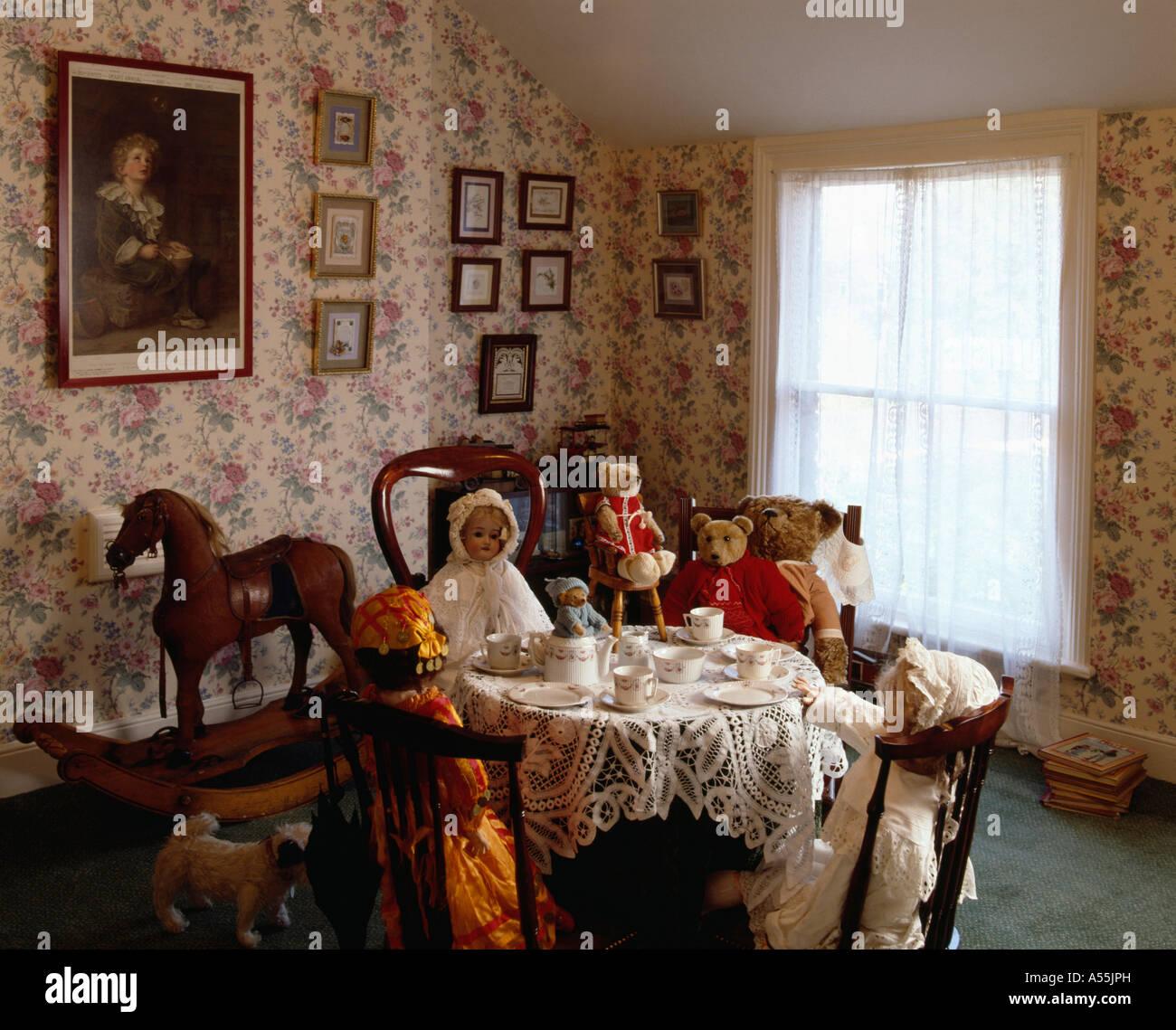dolls teaparty dans la salle manger victorienne avec papier peint fleuri