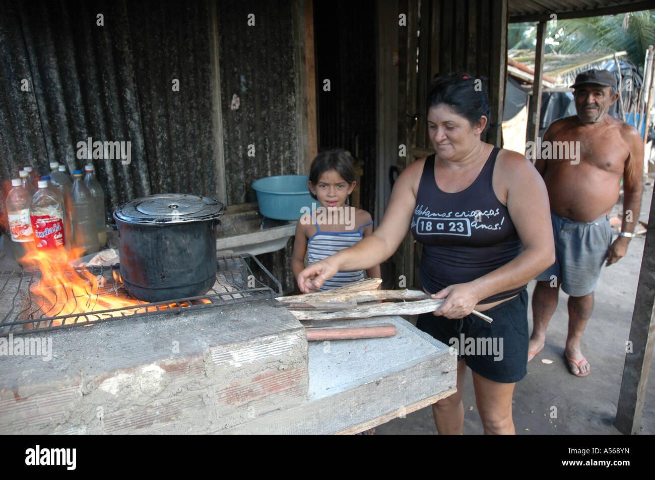 iy7998 br sil femme pinicha mombaba cuisson feu de bois de squatters des paysans sans communaut. Black Bedroom Furniture Sets. Home Design Ideas