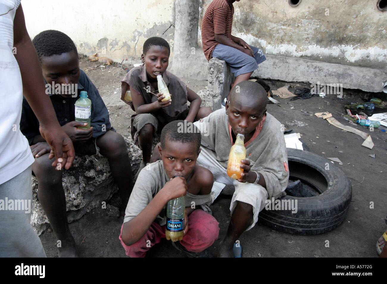 Painet jb1334 kenya mombasa street kids inhaler de la colle l'Afrique drogues les enfants enfant kid garçon Photo Stock
