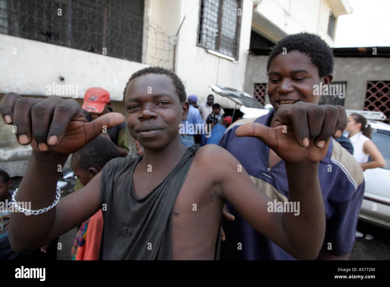 Painet jb1335 kenya mombasa street kids inhaler de la colle l'Afrique drogues les enfants enfant kid garçon Photo Stock