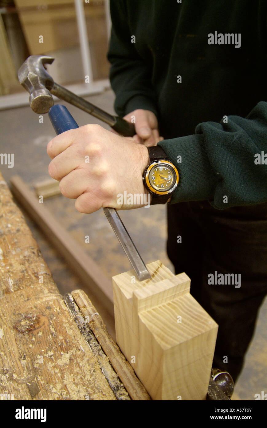 Trouver Un Artisan Menuisier burin marteau artisan menuisier atelier bois sciure étau