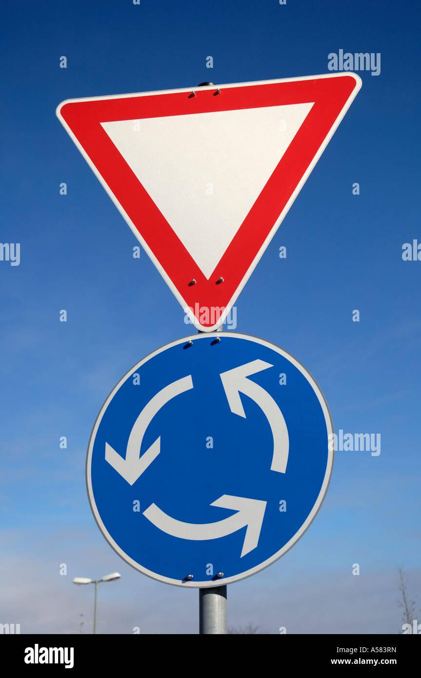 Les panneaux de circulation routière et rond-point, Allemagne Photo Stock