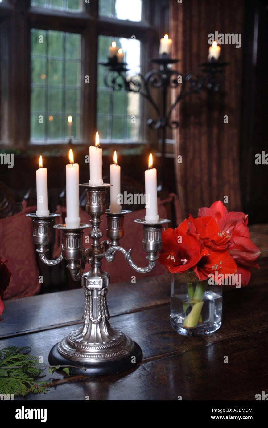 https://c8.alamy.com/compfr/a5bmdm/une-table-de-cinq-branches-candelabre-avec-une-colonne-ou-pied-de-candelabres-dans-larriere-plan-a5bmdm.jpg