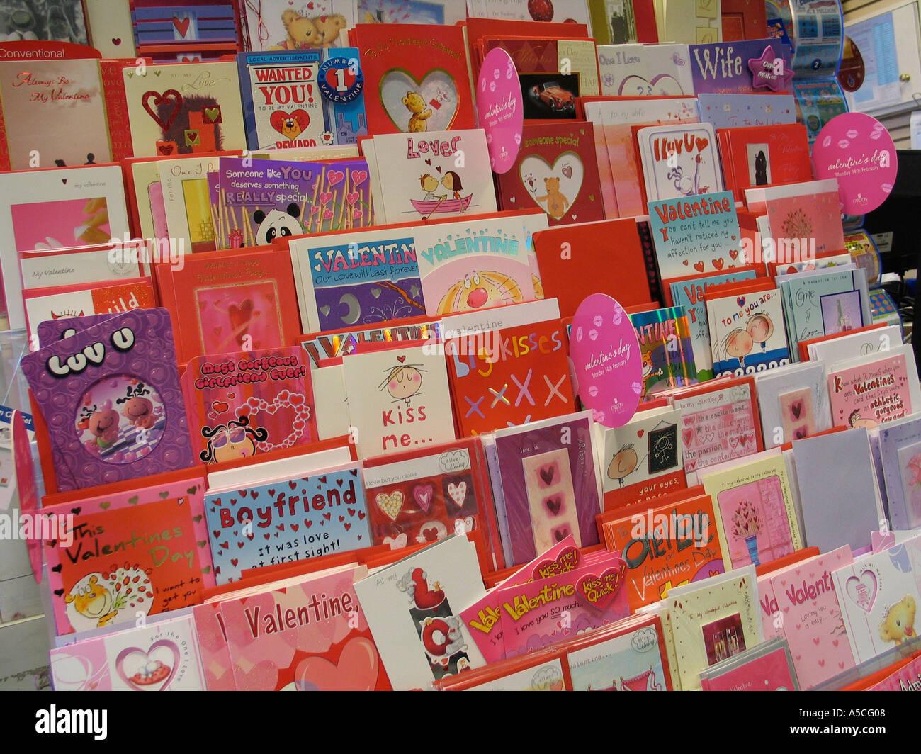 Cartes de Saint-Valentin à l'écran dans un magasin Photo Stock