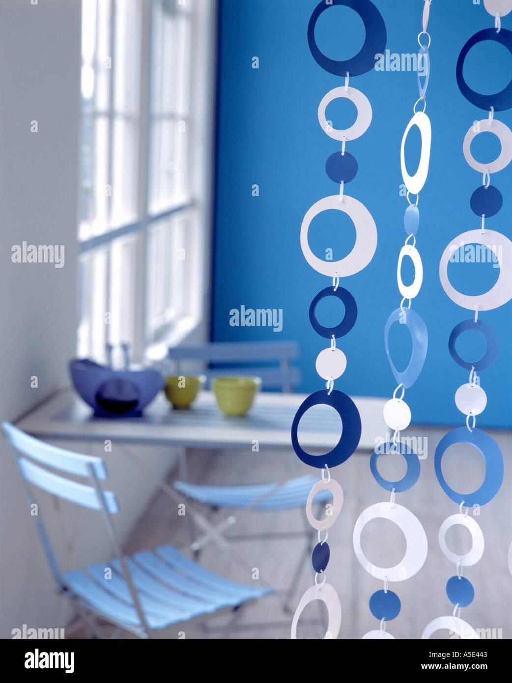 rideau de perles circulaires dans l 39 conomie bleue moderne. Black Bedroom Furniture Sets. Home Design Ideas