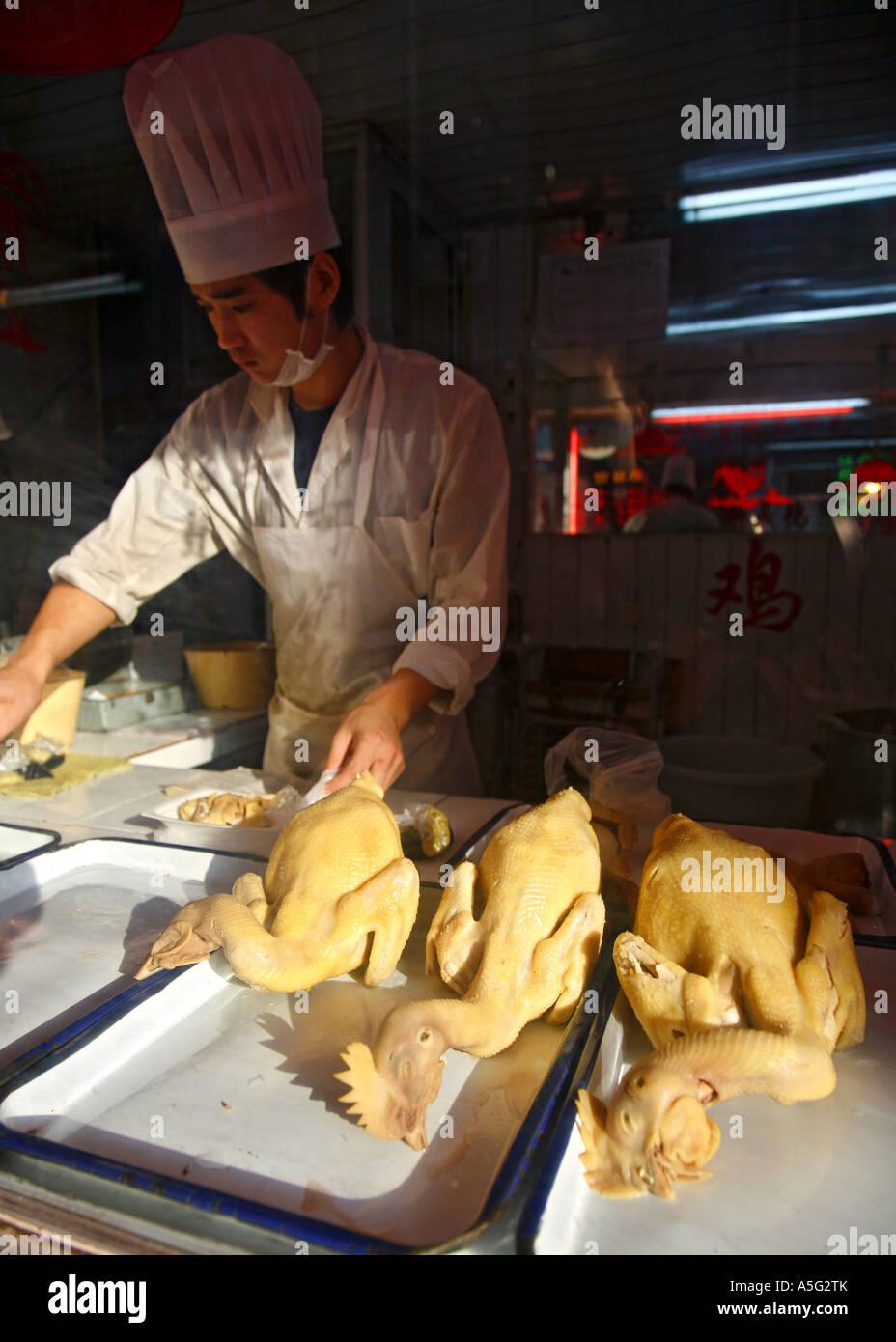 La préparation des aliments pour poulets dans old town, Shanghai, Chine, Asie Photo Stock