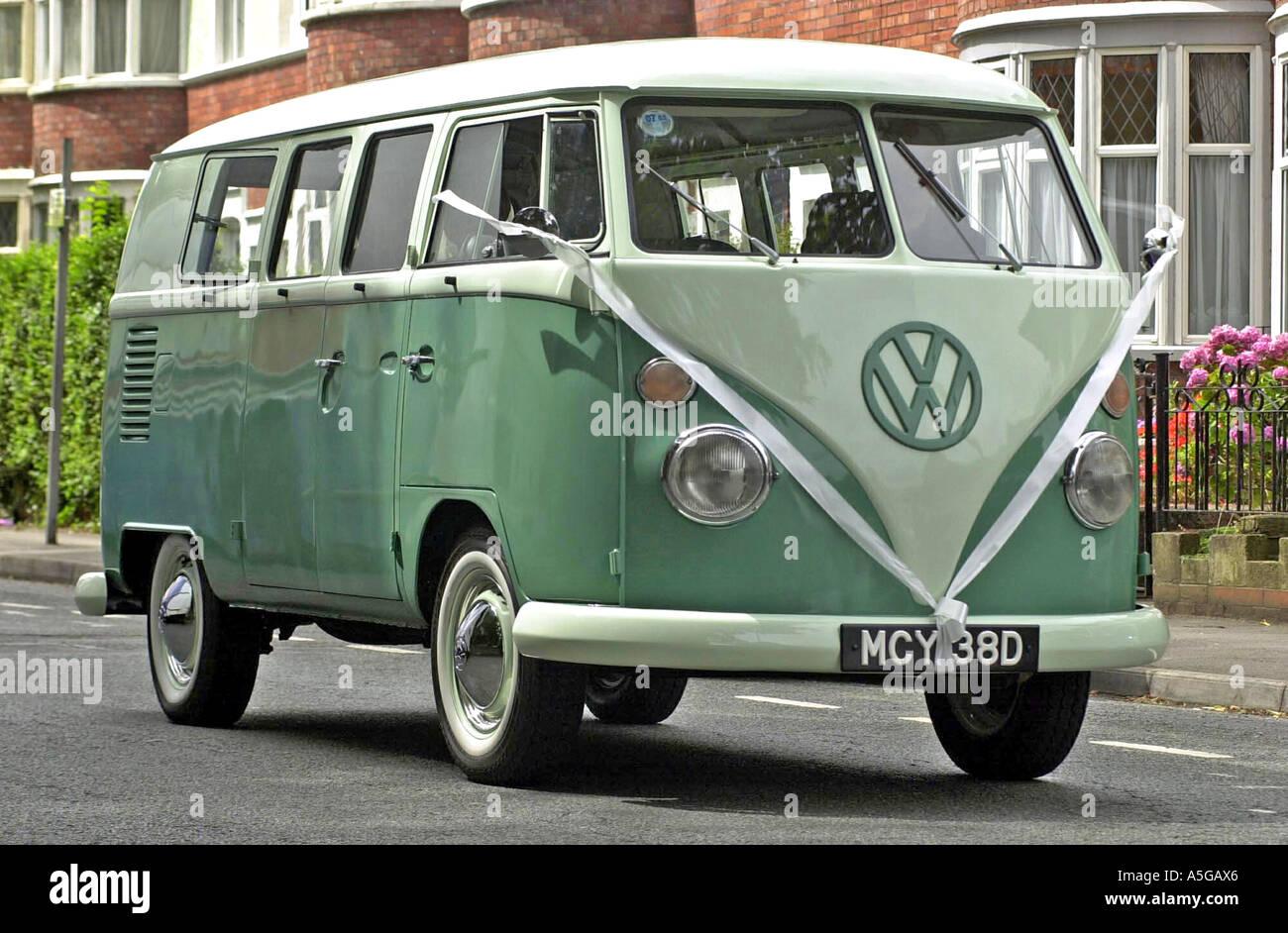 ancien camping car volkswagen cran partag avec noeud utilis comme v hicule de mariage banque. Black Bedroom Furniture Sets. Home Design Ideas