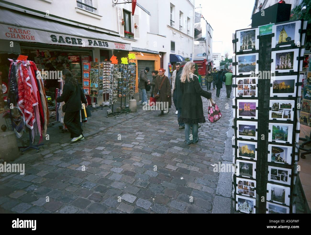 Les touristes et les visiteurs dans une rue de Montmartre une destination favorite pour les personnes en visite Banque D'Images
