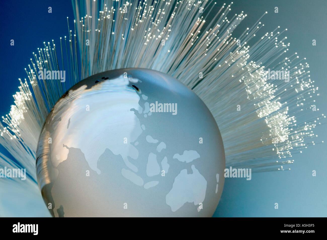 Câbles à fibre optique et globe Photo Stock