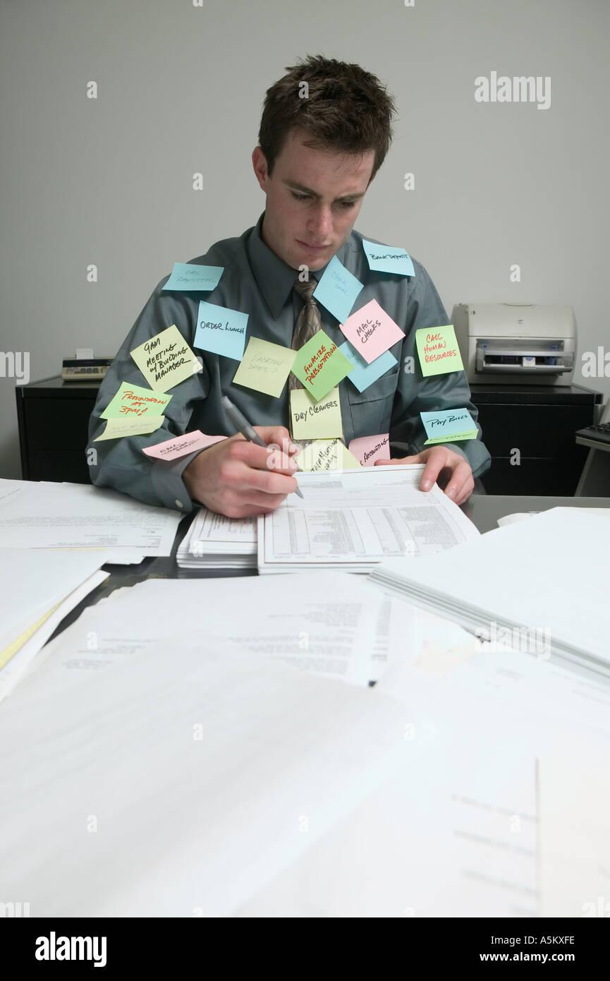 Bureau surchargé de travailleur visé dans les notes Photo Stock