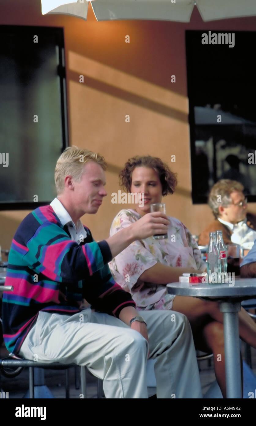 Paris France, jeune couple de touristes, le partage des boissons, café terrasse dans 'Les Halles' Fast Food Restaurant Banque D'Images